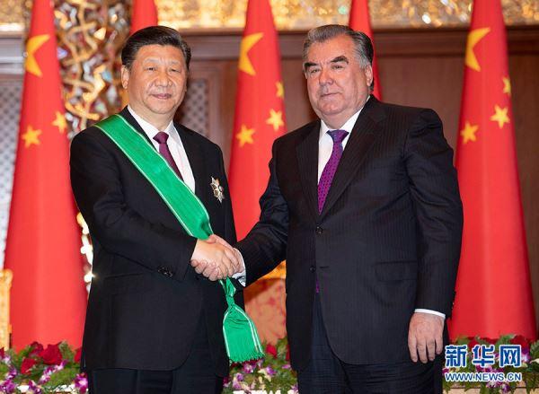 """习近平出席仪式_接受塔吉克斯坦总统拉赫蒙授予""""王冠勋章"""""""