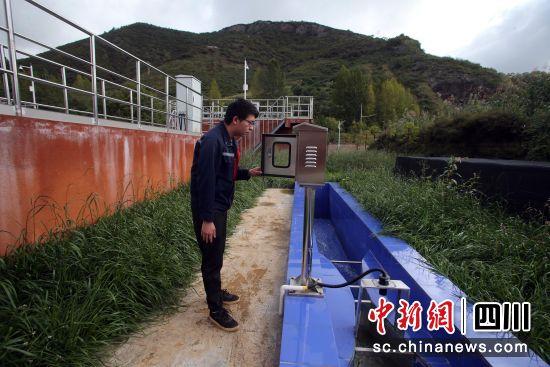 工作人员检查出水口指标。王磊 摄