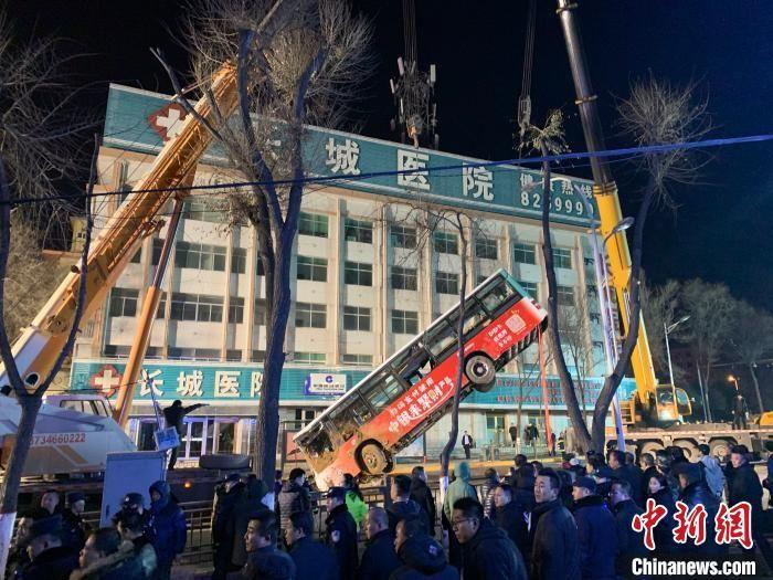 西宁南大街路面坍塌事故:失联人数上升至10人