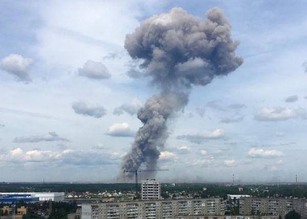 俄罗斯一炸药工厂发生爆炸_城市上空浓烟滚滚
